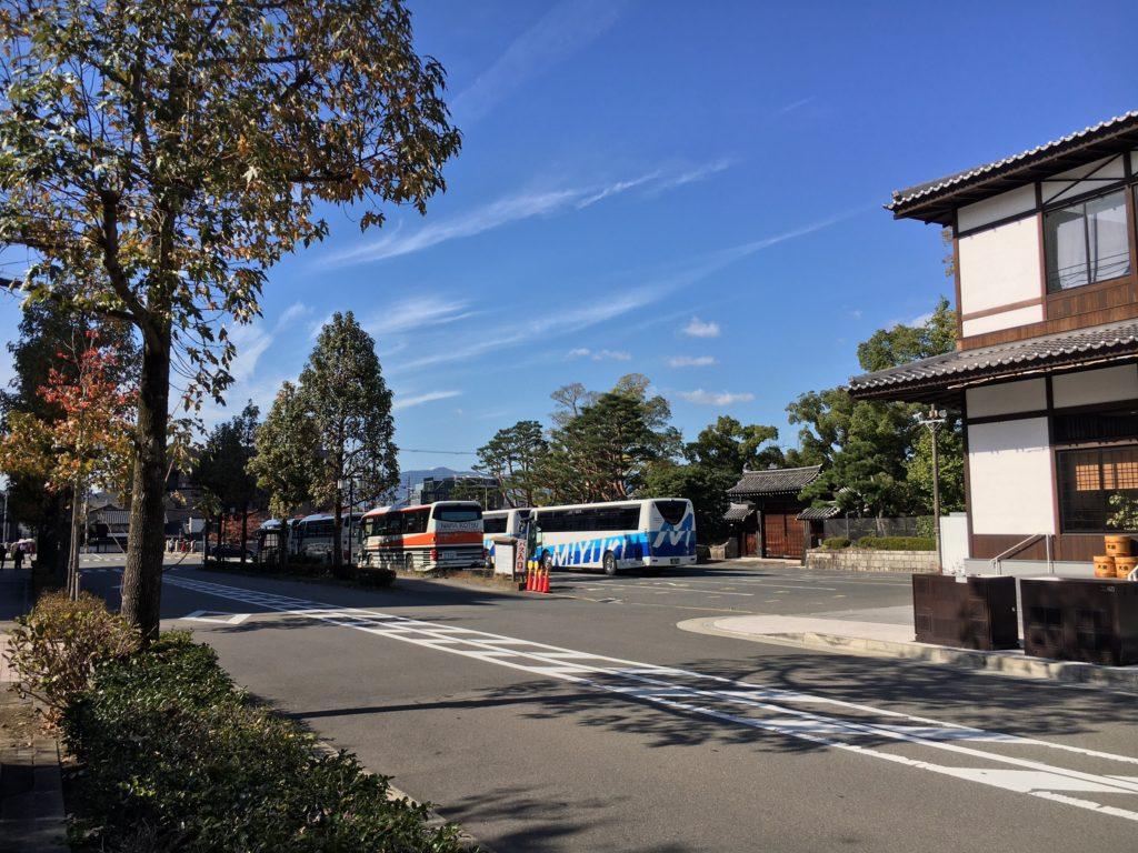 平安神宮に来た観光バス
